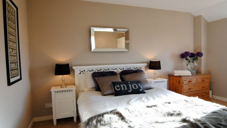 Spacious bedroom in The Courtyard Apartments - Citybase Apartments