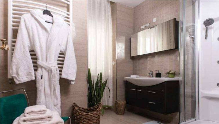 Pristine bathroom at Villa Gemma Apartments - Citybase Apartments
