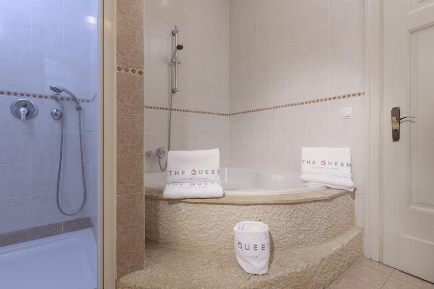 Bath at Villa Gemma Apartments - Citybase Apartments