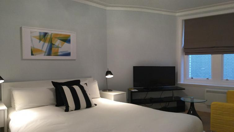 Large bed at Clarendon Burleigh Mansions - Citybase Apartments