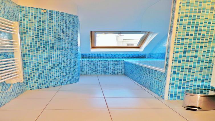 Bath at Apartments Du Marais - Citybase Apartments