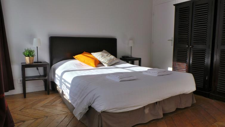 Bed at Apartments Du Marais - Citybase Apartments
