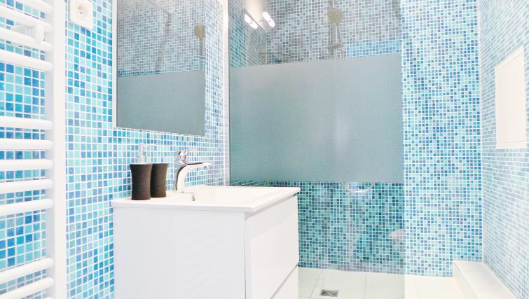 Shower at Apartments Du Marais - Citybase Apartments
