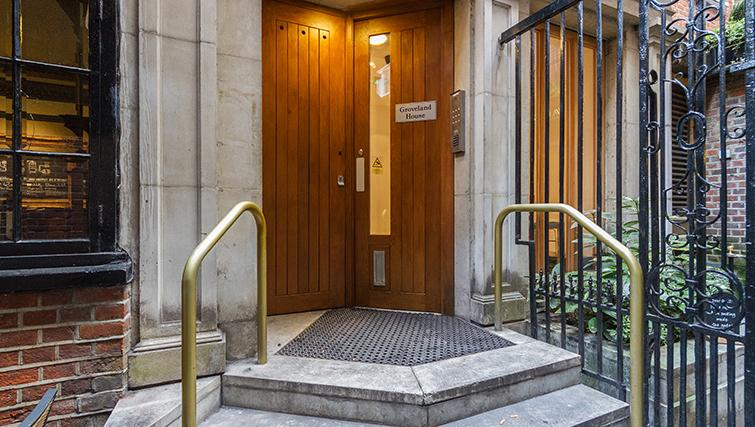 Entrance of Groveland Court Apartments - Citybase Apartments