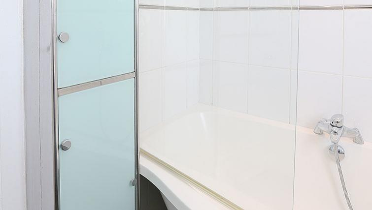 Clean bathroom at Coundon House - Citybase Apartments