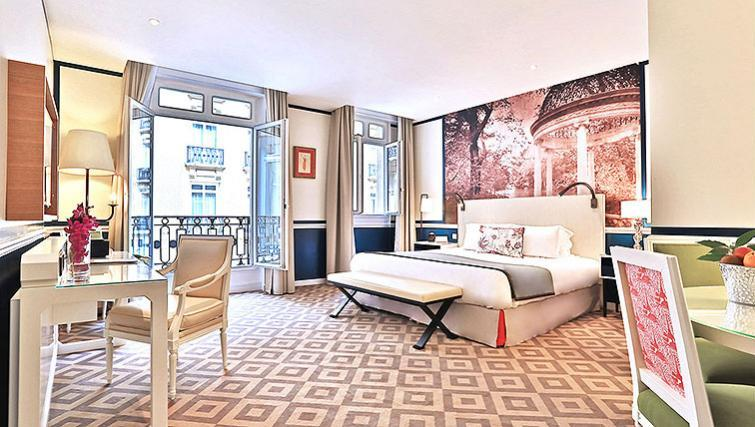 Double bedroom at Fraser Suites Le Claridge Champs-Elysees - Citybase Apartments