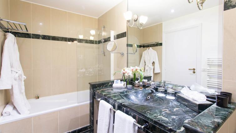 Modern bathroom at Fraser Suites Le Claridge Champs-Elysees - Citybase Apartments