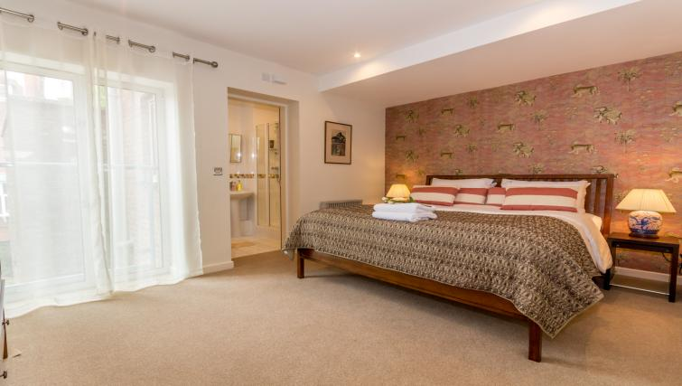 Bedroom at Stonegate Court Apartment - Citybase Apartments