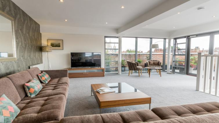 Living area at Stonegate Court Apartment - Citybase Apartments
