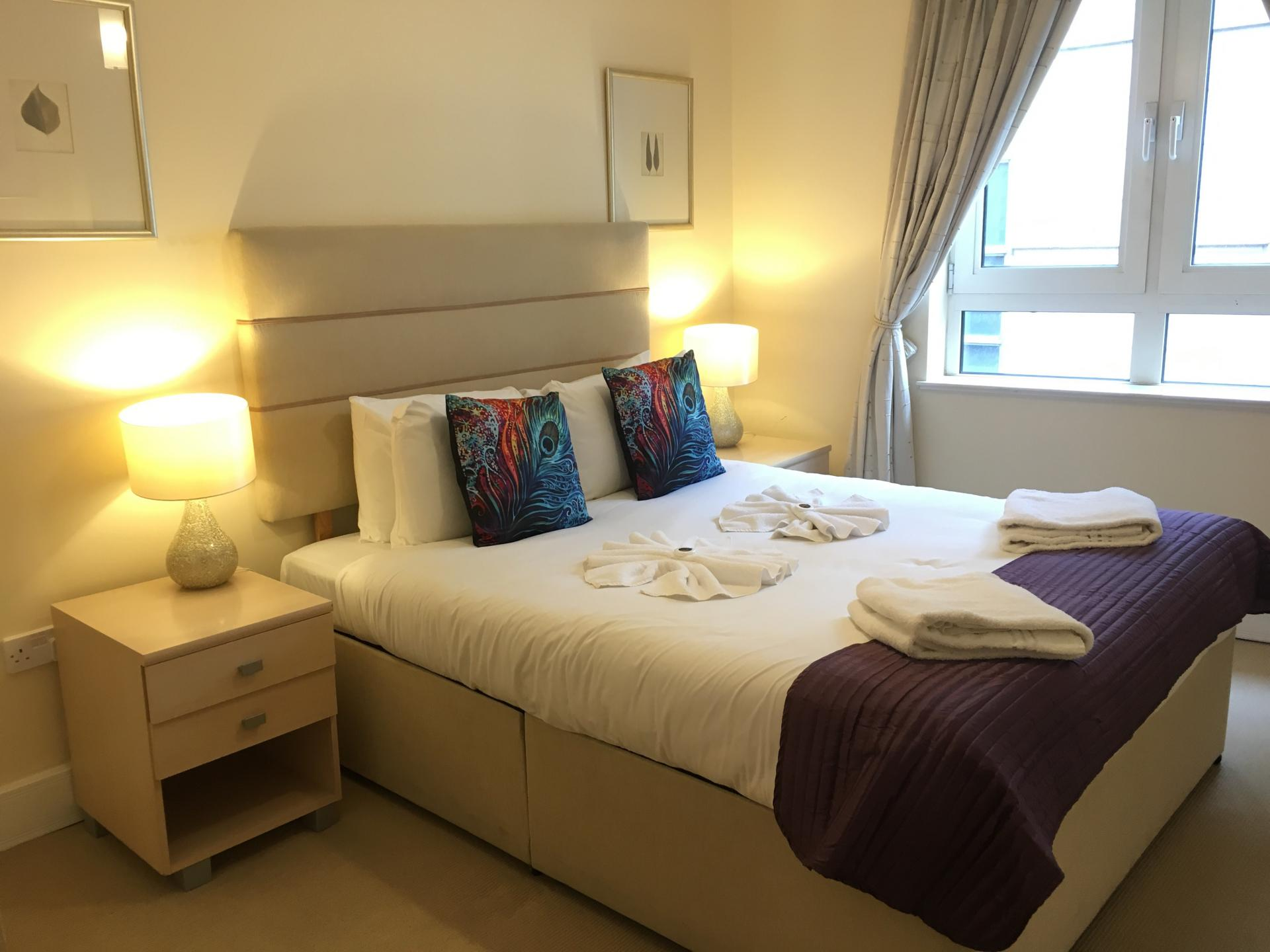 Large bed at Still Life Tower Hill Executive - Citybase Apartments