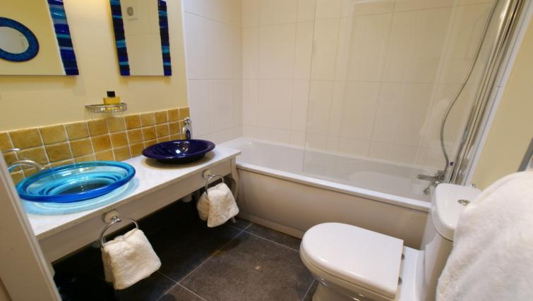 Bath at Moatside Gate Apartment - Citybase Apartments