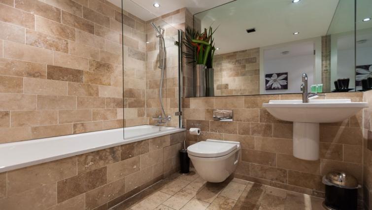 Clean bathroom at Sinclair Apartments - Citybase Apartments