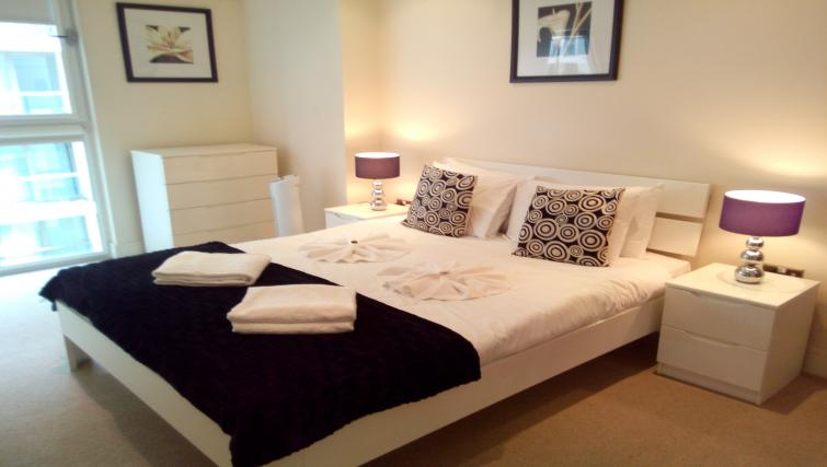 Large bed at the Still Life Canary Wharf Executive - Citybase Apartments