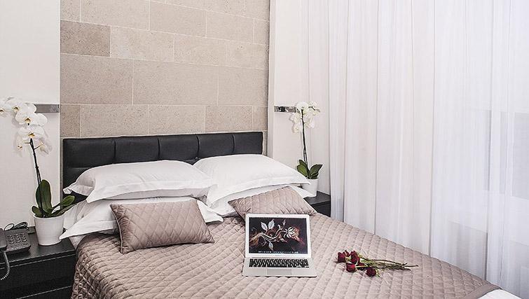 Bed at 88 Studios Kensington - Citybase Apartments