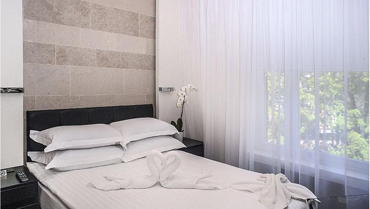 Double bed at 88 Studios Kensington - Citybase Apartments