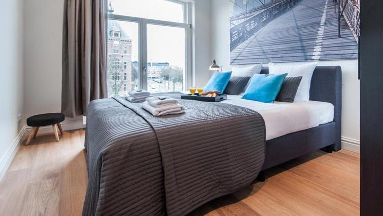 Large bed at the Tropen Commelinstraat Apartments, Amsterdam - Citybase Apartments
