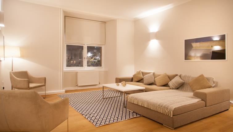Living area at Premier Suites Plus Glasgow - Citybase Apartments