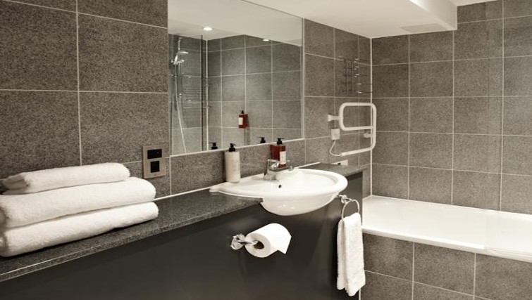 Large bathroom in 196 Bishopsgate Apartments - Citybase Apartments