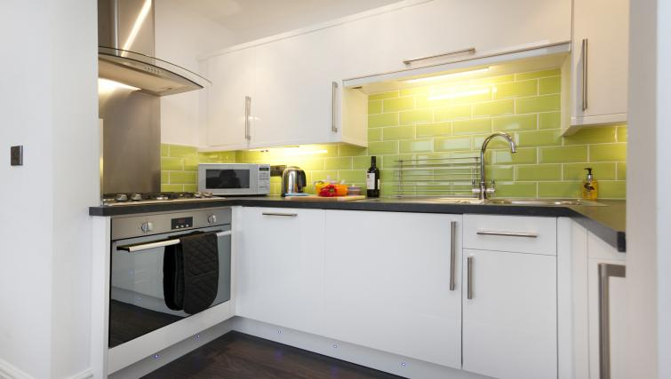 Modern kitchen at Bowling Green Courtyard Apartments - Citybase Apartments