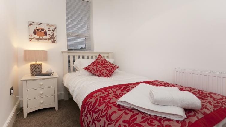 Single bedroom at Bowling Green Courtyard Apartments - Citybase Apartments