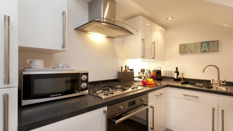 Kitchen at Bowling Green Courtyard Apartments - Citybase Apartments