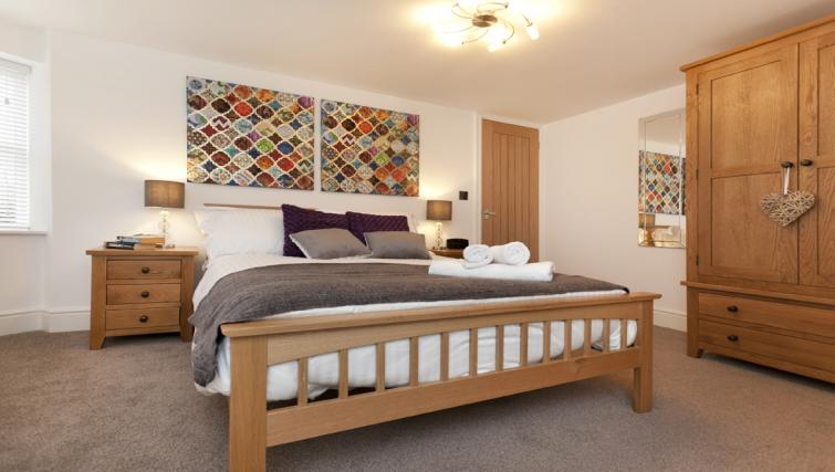 Double bed at Bowling Green Courtyard Apartments - Citybase Apartments
