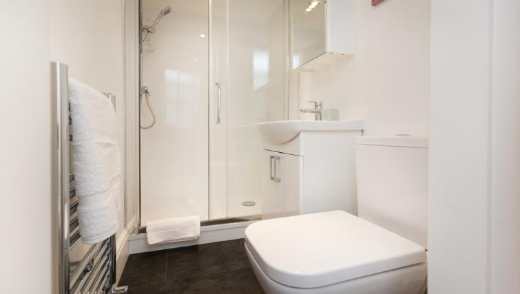 Shower at Bowling Green Courtyard Apartments - Citybase Apartments
