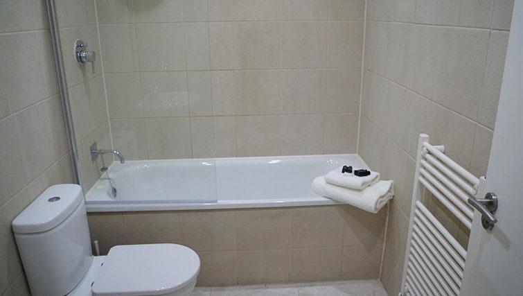 Bath at Saint Vincent Street Apartments - Citybase Apartments
