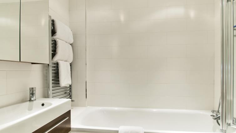 Bath at 43-49 Chiltern Street Apartments - Citybase Apartments