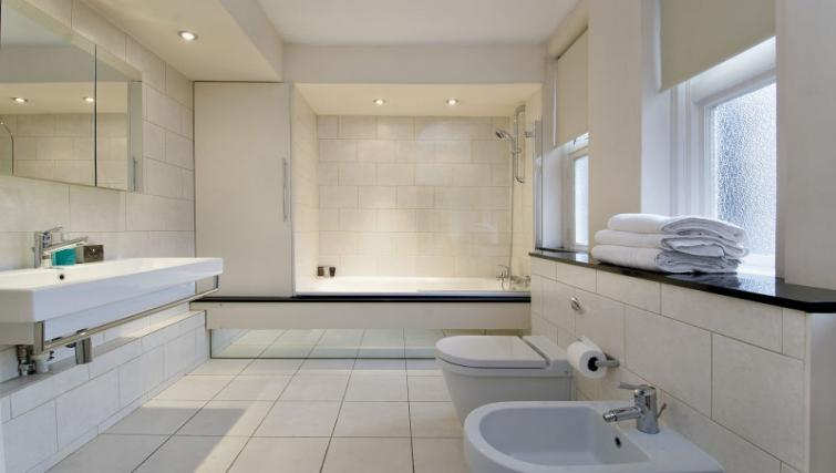 Full bathroom at 43-49 Chiltern Street Apartments - Citybase Apartments