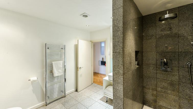 Modern bathroom at 43-49 Chiltern Street Apartments - Citybase Apartments