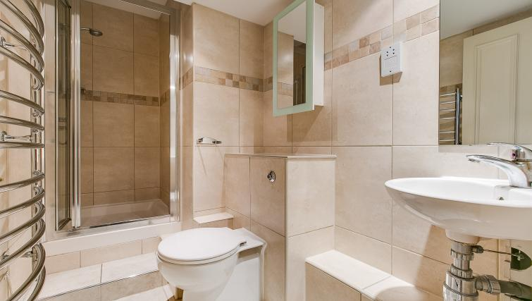 Main bathroom at 43-49 Chiltern Street Apartments - Citybase Apartments
