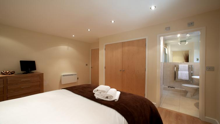 Double bed at Southwich House Apartments - Citybase Apartments