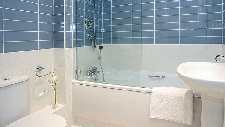 Bright bathroom in SACO Farnborough - Reading Road - Citybase Apartments
