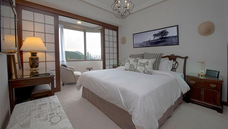King size bed at Hong Kong Parkview Apartments - Citybase Apartments