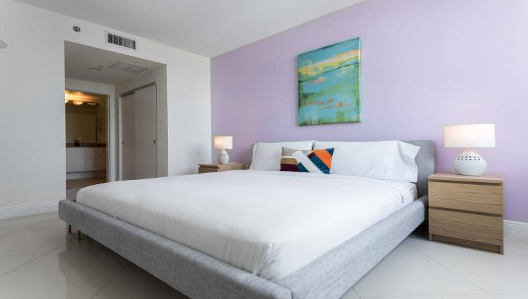 King bed at Dharma Home Suites Brickell - Citybase Apartments