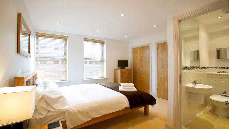 Double bed at Pelican House - Citybase Apartments