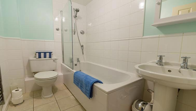 Bathroom at 4 Queens Court Apartment - Citybase Apartments