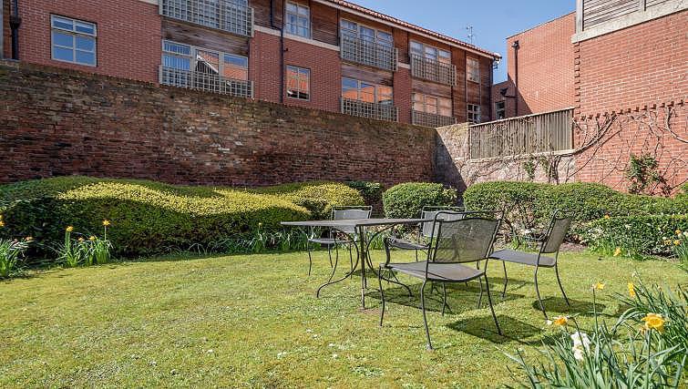 Garden at 4 Queens Court Apartment - Citybase Apartments