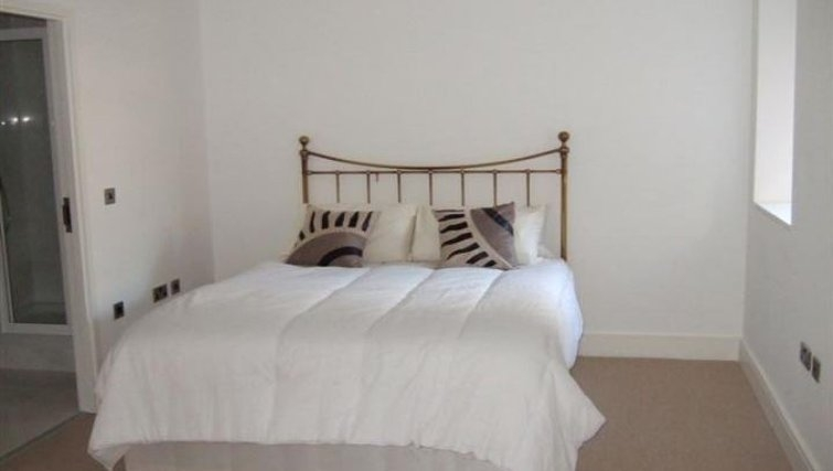 Delightful bedroom in Oakwood New Palace Place - Citybase Apartments