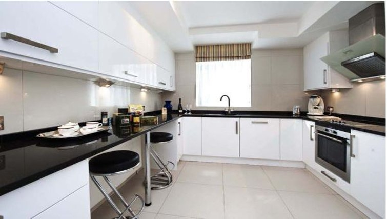 Modern kitchen in Hyde Park Residence - Citybase Apartments