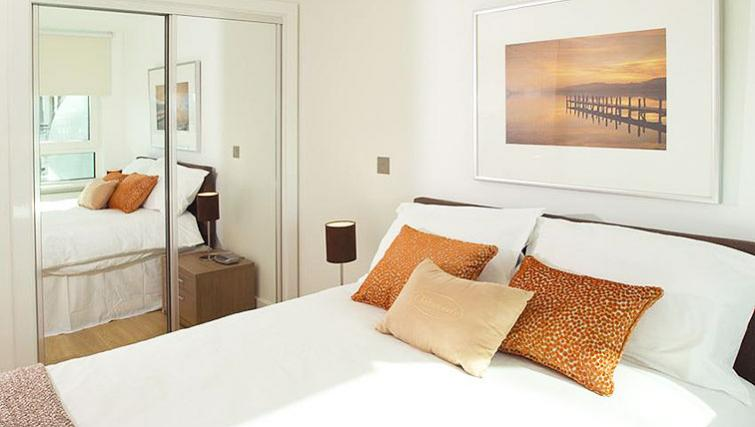Spacious bedroom at Oakwood St George Wharf - Citybase Apartments