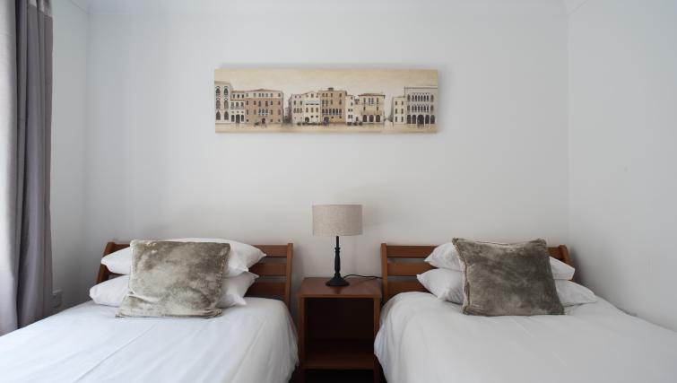 Twin beds at Nelson Court Apartments - Citybase Apartments