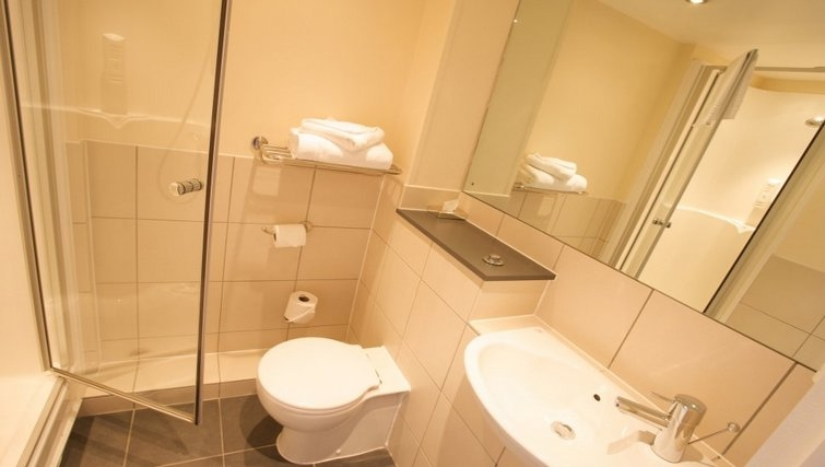 Immaculate bathroom in Roomzzz Leeds City West Apartments - Citybase Apartments