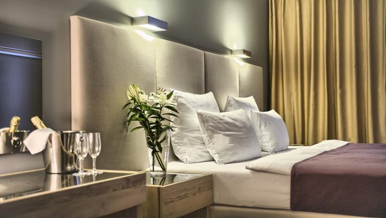 Cream bed at Art Residence Krocinova - Citybase Apartments