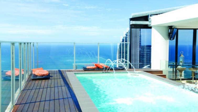 Balcony pool at Mantra Circle on Cavil - Citybase Apartments