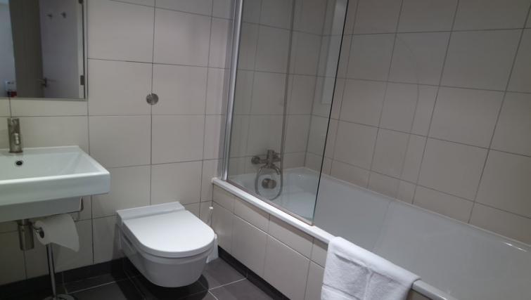 Bathroom at Clarendon Sir John Lyon House - Citybase Apartments