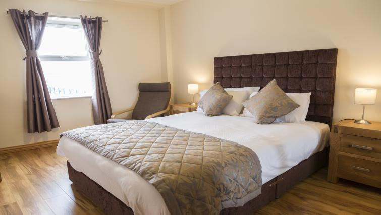 King size bed at Five Lamps Suites - Citybase Apartments