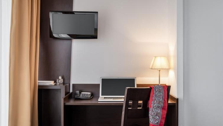 Work desk at Adagio Access Paris Clamart - Citybase Apartments