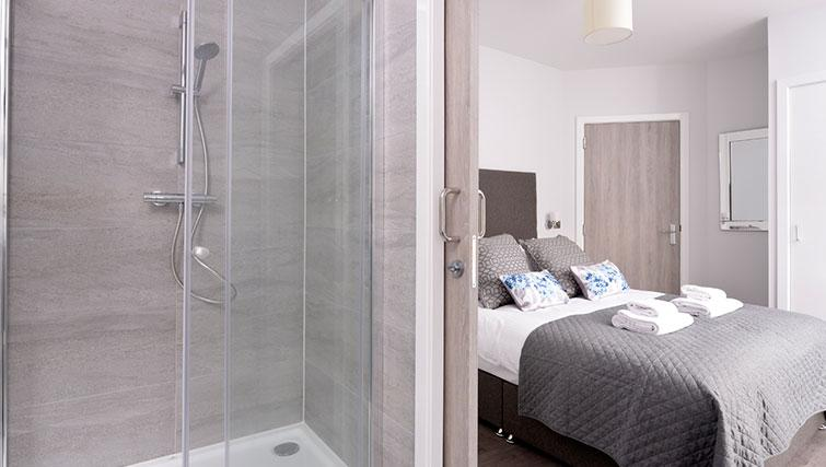 Bedroom with en-suite at Glassford Residence - Citybase Apartments